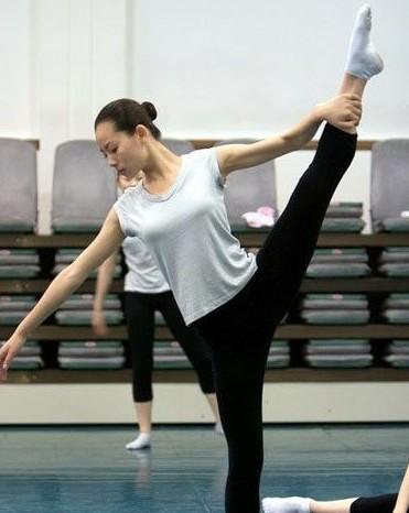舞蹈学院女生练功私照